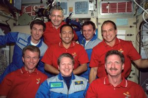 STS-97 and Expedition One Crews Pose for Onboard Photo