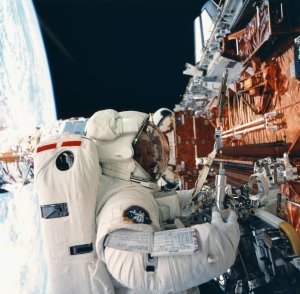 Shuttle STS-61 Onboard View: Hubble Space Telescope (HST) Repair