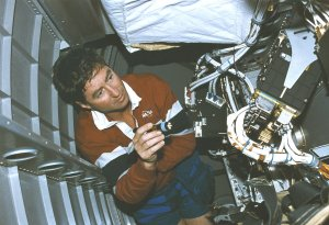 Henricks Checks Out Equipment in Microgravity Spacelab (LMS) Onboard STS-78