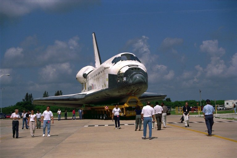 STS-85 Discovery rolls over to the VAB (front view)