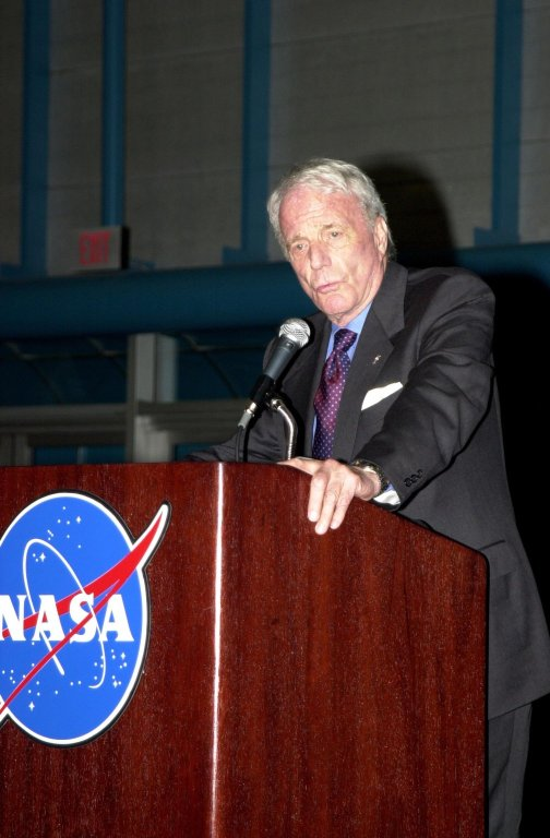 KENNEDY SPACE CENTER, FLA. - Former astronaut Scott Carpenter shares his experiences with the audience in KSC's Apollo/Saturn V Center during the dinner celebration of the 40th anniversary of American spaceflight. Carpenter became the second man to orbit the Earth aboard the spacecraft Aurora 7, May 24, 1962