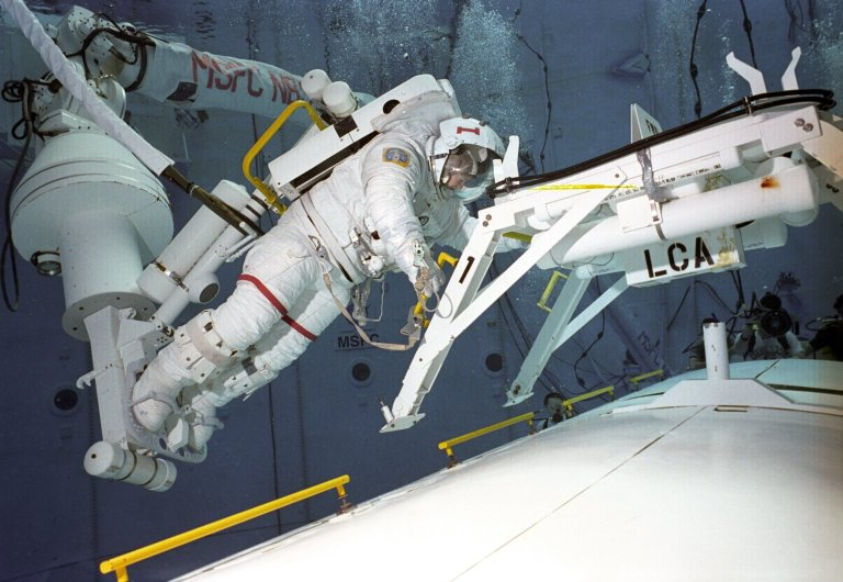 Helms and Walz in Neutral Buoyancy Simulator (NBS)