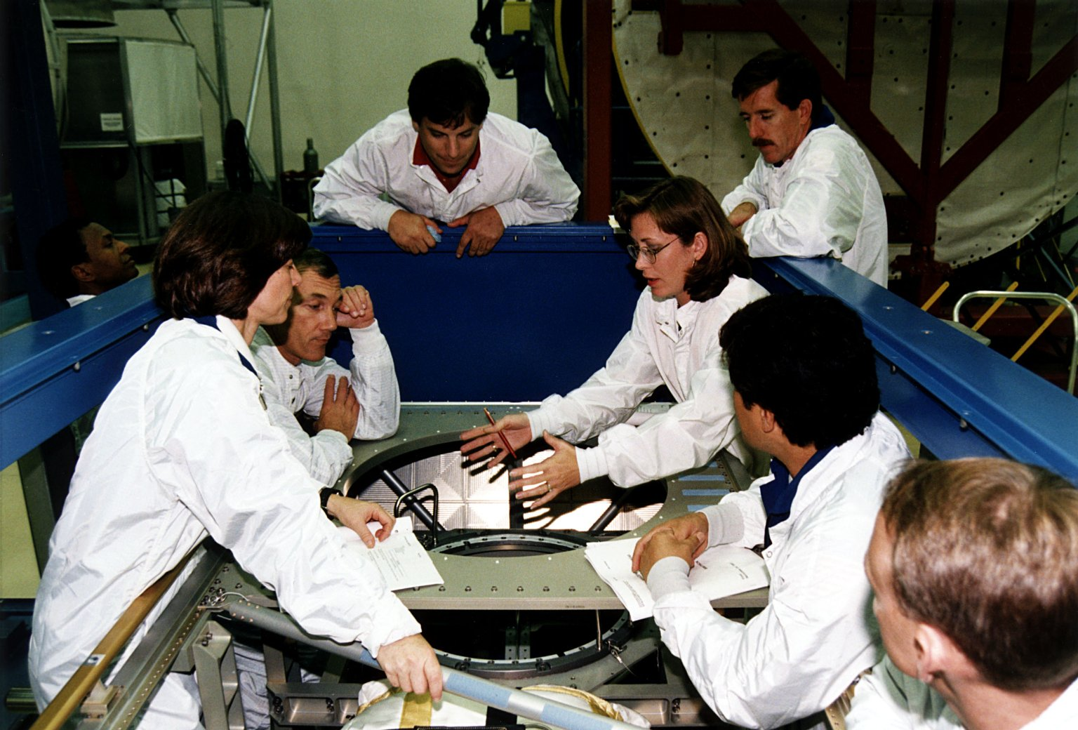 STS-89 crew and technicians participate in the CEIT