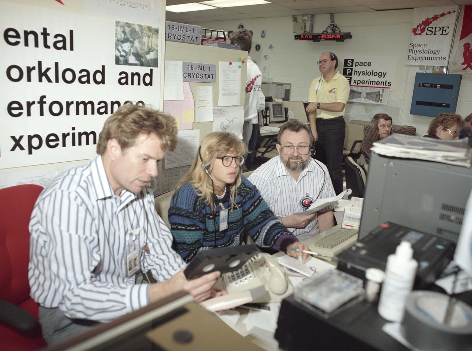Mental Workload and Performance Experiment (MWPE) Team in the Spacelab Payload Operations Control Center (SL POCC) During the STS-42 IML-1 Mission